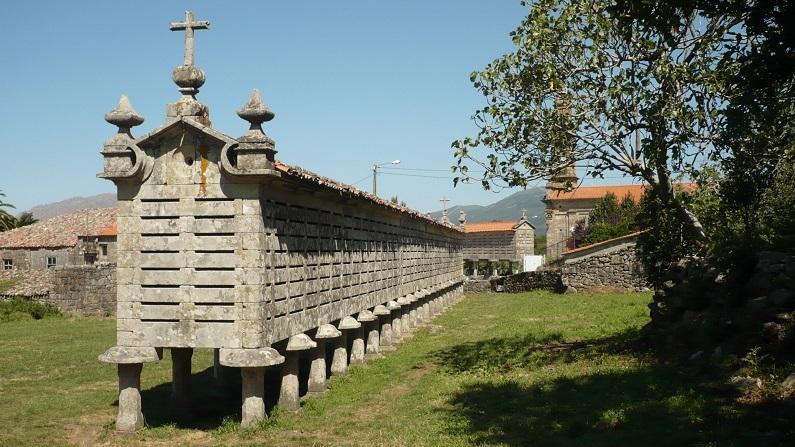 O espigueiro de Carnota (Galiza). Um dos maiores espigueiros do Noroeste Peninsular, construído na segunda metade do século XVIII, tem 37,74 metros de comprimento e está classificado como monumento nacional
