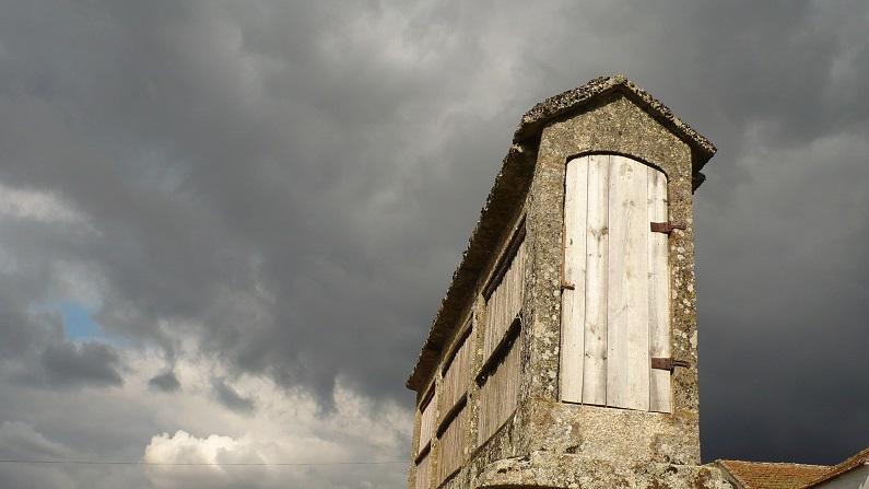 Nos espigueiros as portas são normalmente sobrelevadas com uma soleira alta garantindo uma protecção suplementar contra os roedores