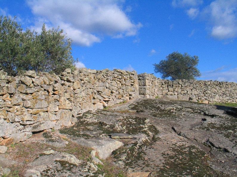 O assentamento dos muros sobre afloramentos rochosos e declives constitui uma dificuldade adicional para os construtores